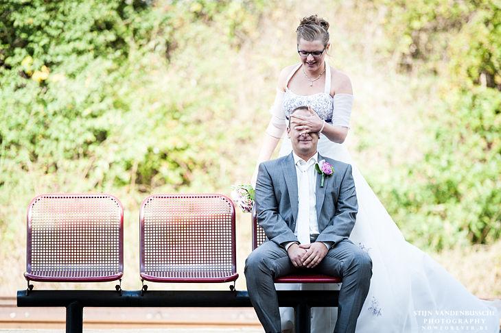 25_bruid dekt ogen van bruidegom af